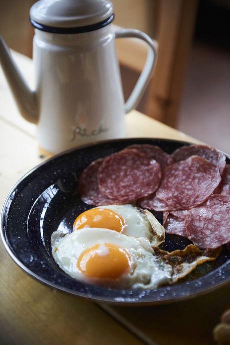 朝食の目玉焼きとハム