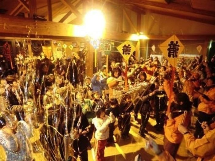 大子広域公園オートキャンプ場グリンヴィラの室内で子供から大人まで年越しを祝う様子