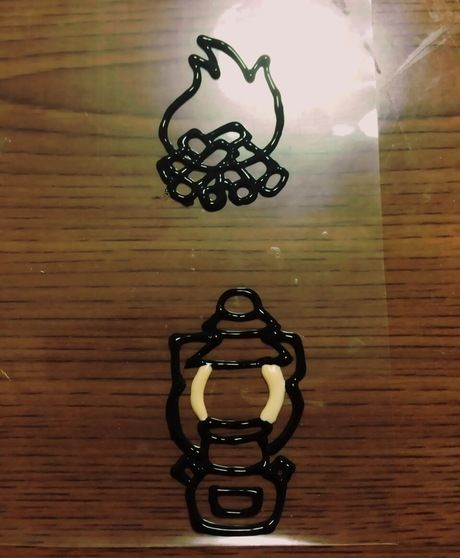 透明の意図に描いた焚き火とランタンの絵の縁取り