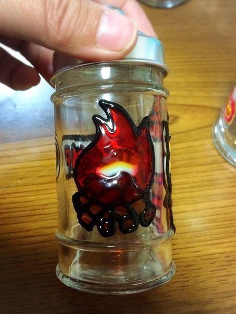 焚き火の絵を張った瓶