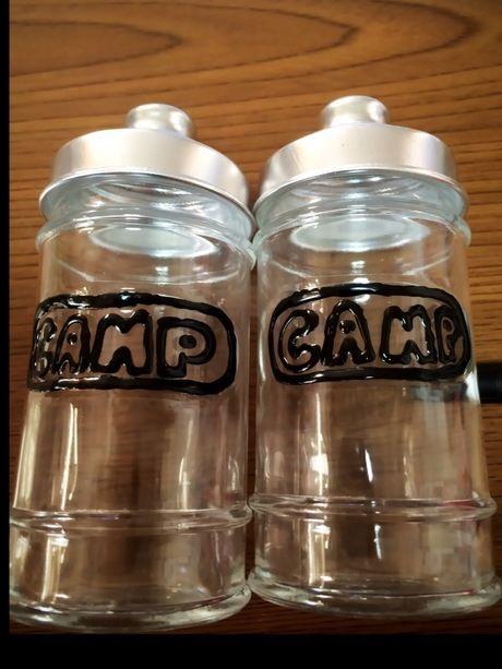 瓶にCAMPのロゴの縁を描いた様子