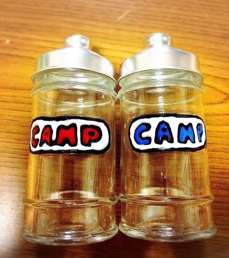 CAMPのロゴに色を塗った瓶