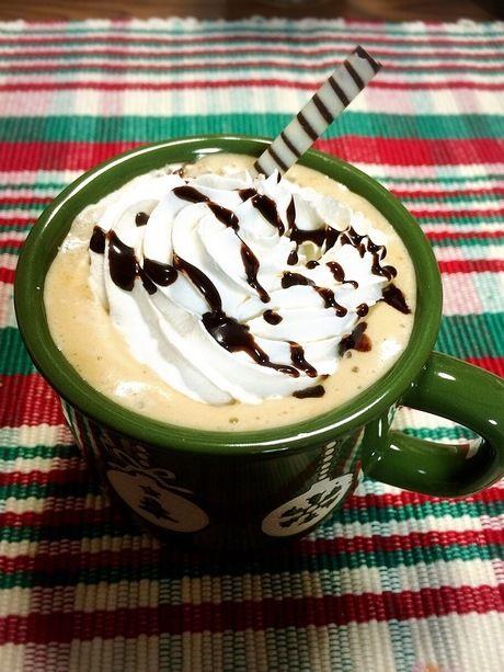 ホイップクリームをのせたカフェラテ