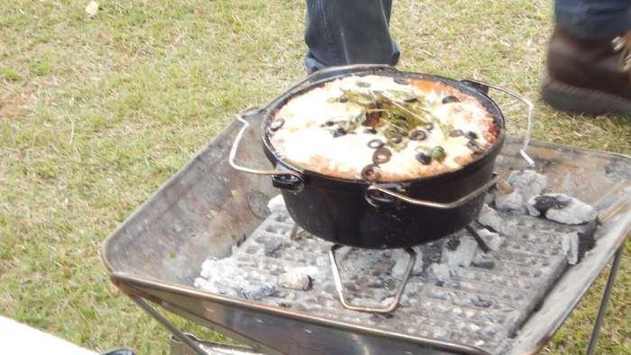 ダッチオーブンでパンのようなものを焼く様子