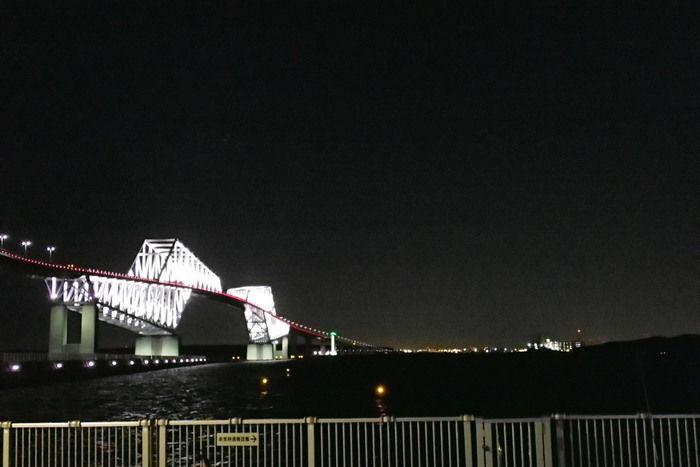 夜空に浮かび上がる東京ゲートブリッジの夜景