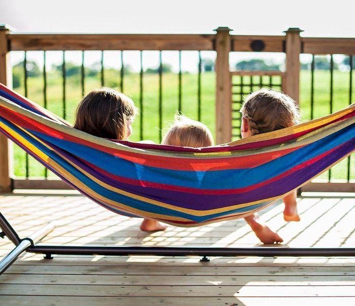 ハンモックに座る子供達