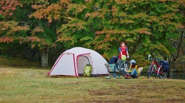 自然の中でキャンプを楽しむ男女