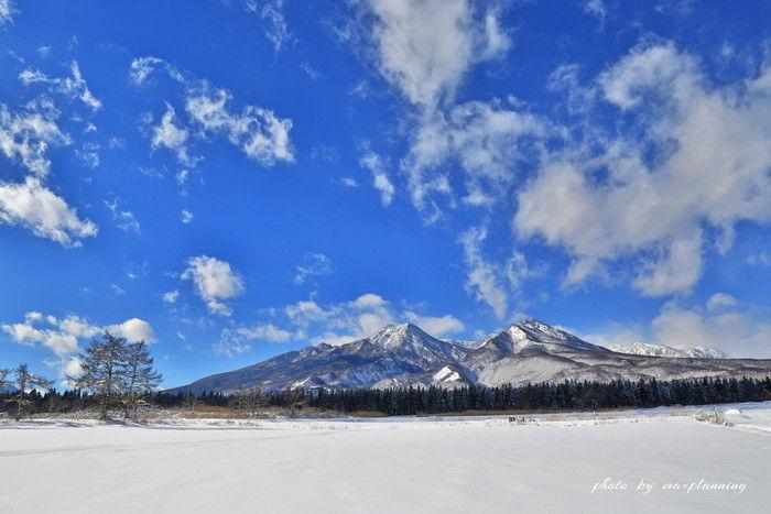 青空と雪山の景色