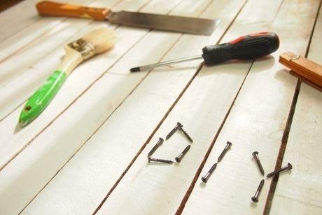 ウッドデッキの上に置いてある工具の写真