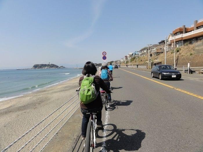 鎌倉ストリートサイクリングの海沿いをサイクリングする人の後ろ姿