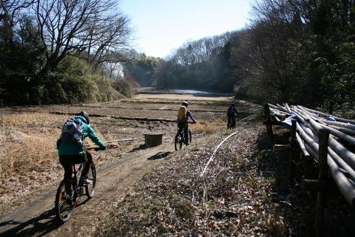 東京里山サイクリングでサイクリングする人々