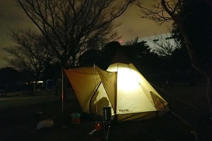 夜のテントのあかり