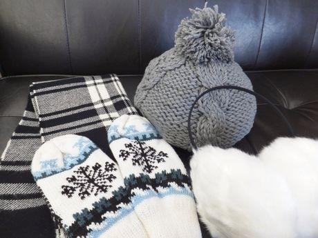 ニット帽やマフラー、手袋の防寒具の写真