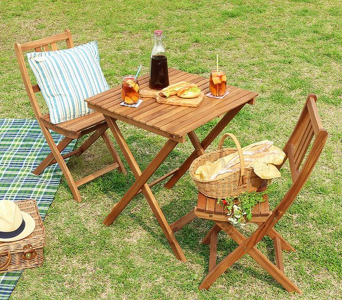 シンプルなウッドテーブル&チェア