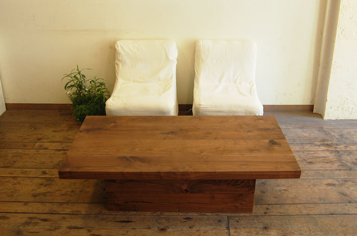 長方形のウッドテーブル