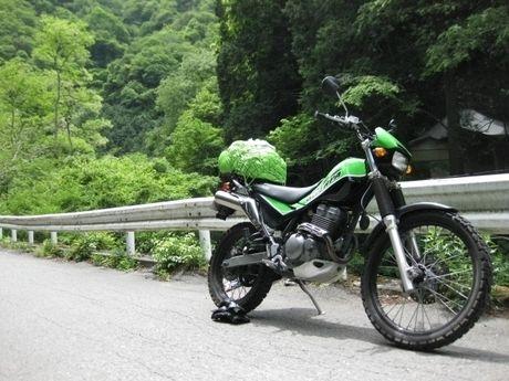 車道に停められたバイク