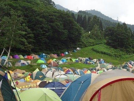 高原にたてられた、たくさんのテント