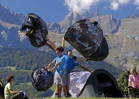 ポップアップ式テントをたてる男性