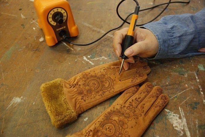 ムートンタッチの手袋にはんだごてを焼きつけながらデザインを書くワークショップ
