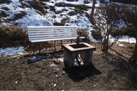 サイトの給水用水道とベンチ