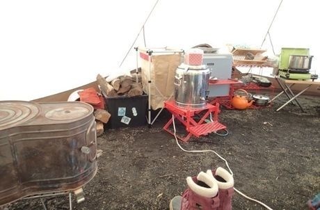 薪ストーブを使ったキャンプの様子