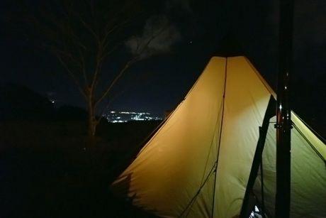 夜景とティピ型テント