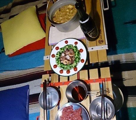 テーブルに並べられた夕食