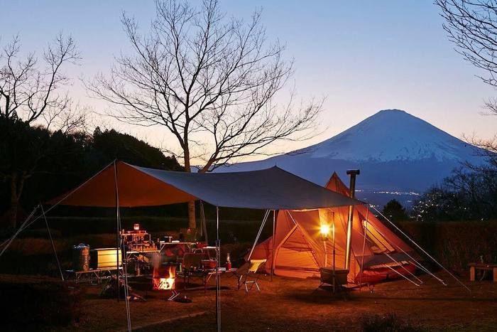 ライトアップされたテントとレクタタープ