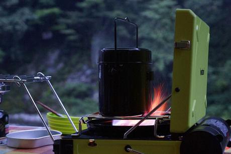 火にかけられた丸型飯盒