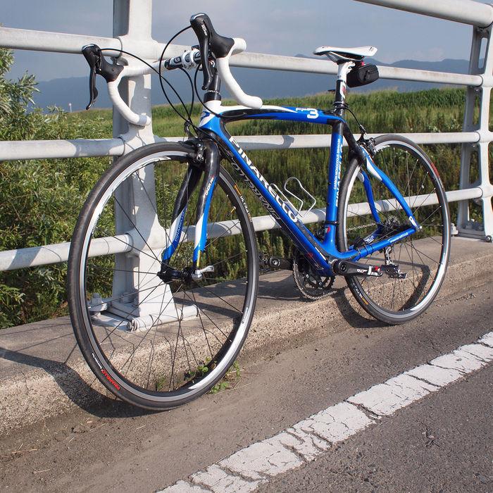 橋の上に止められた青いロードバイク