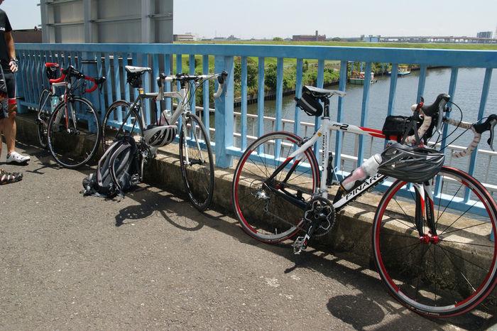 橋の上に並べて止められたロードバイク