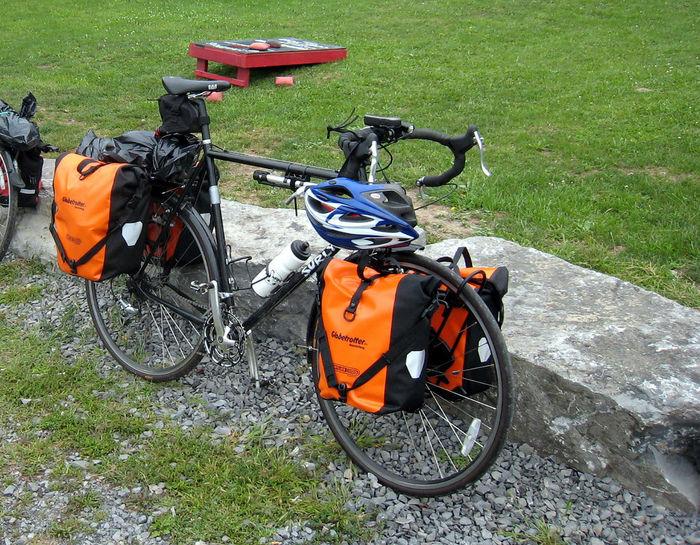 たくさん荷物が積まれたロードバイク