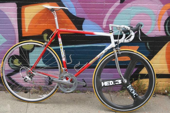 絵の描かれた壁の前に止められた自転車