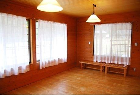 窓からの四季折々の景色を楽みながら、木の温もりを感じ、ゆっくりできる青士ダムエコーバレイの室内