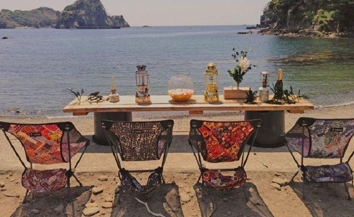 海辺に並べられたモンロのチェアとテーブル