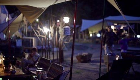 吊るされたモンロのランタンと夜のキャンプ場