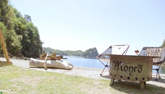 モンロのテーブルとチェアと背後に広がる海