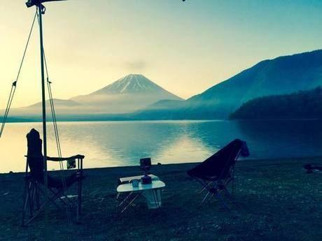 富士山が見える場所におけるアウトドアの様子