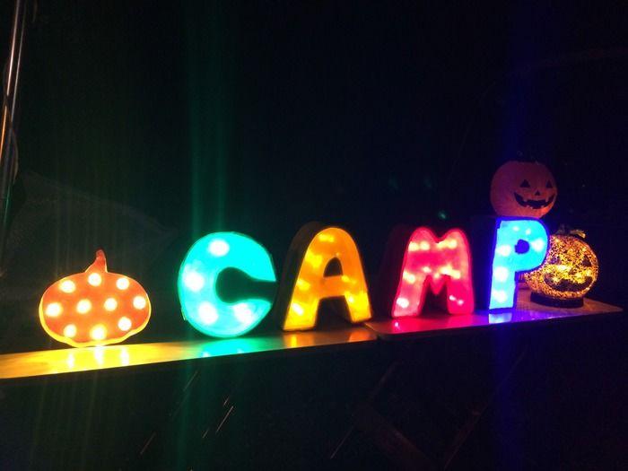 マーキライトで光るCAMPの文字の模型