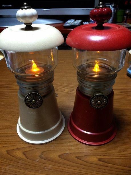 白と赤の2つの手作りのランプ