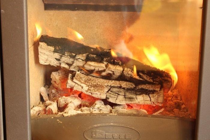 薪ストーブの薪が燃える様子