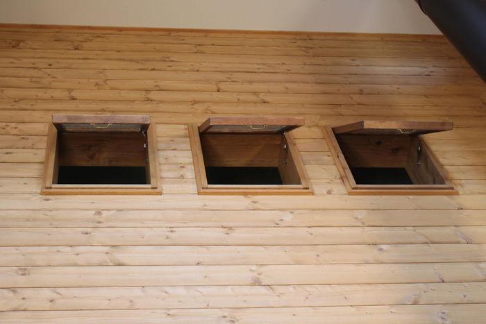 二階にある窓