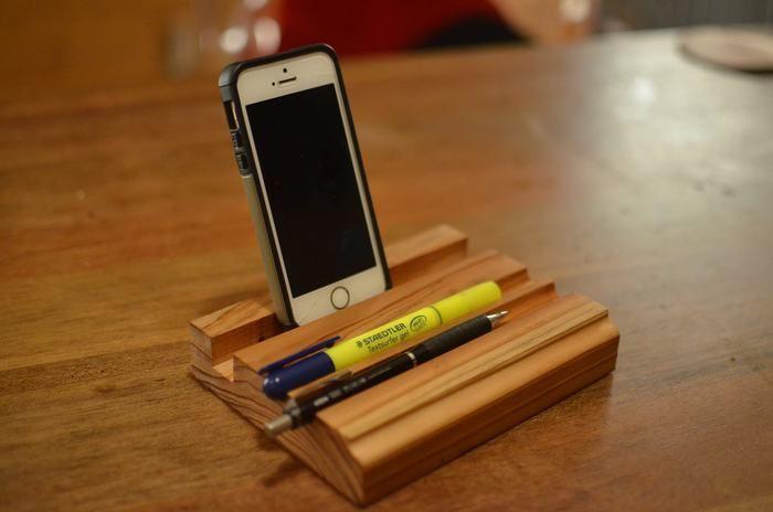 木で作った手作りのIphoneとペン立て