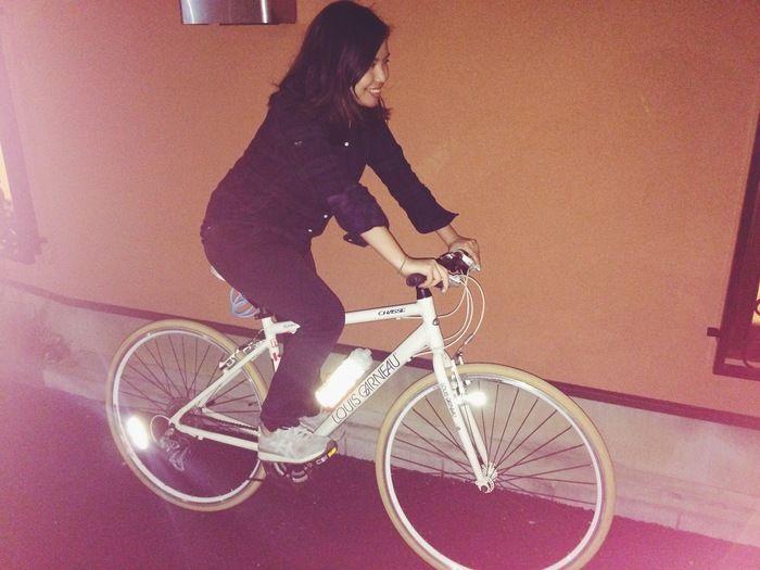自転車に取り付けられ反射しているチルボトル