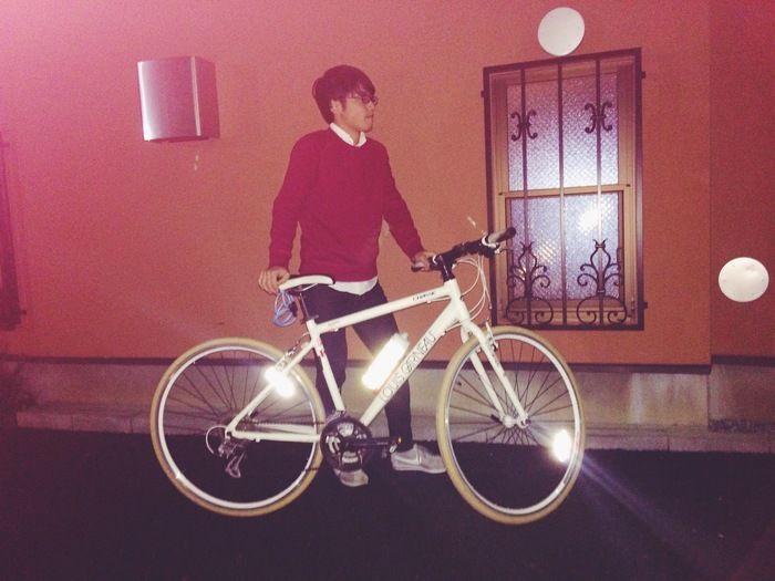 反射している自転車に取り付けられたチルボトルの様子