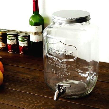 テーブルに置かれたガラス製のウォータージャグ