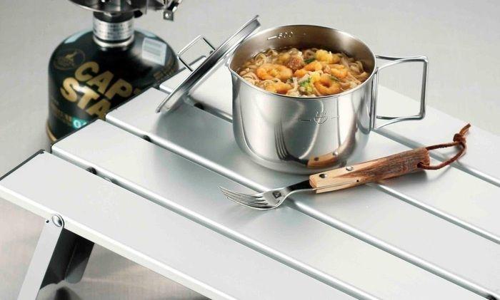 バーナー(ストーブ)とクッカー(鍋・フライパン)だけで作られた温かいインスタントラーメン
