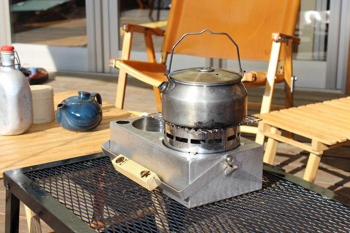 ウッドデッキのテーブルの上に置かれた野燗炉
