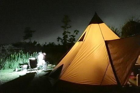 夜の日川浜キャンプ場のキャンプサイト