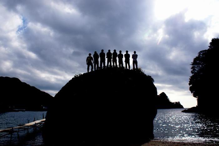 岩の上に立つ人々